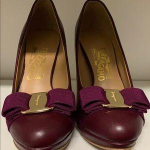 Ferragamo heel pump 5 like new bow